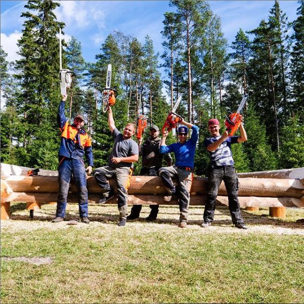 Freiwillige Helfer für den Bau von Blockhütten in Schweden